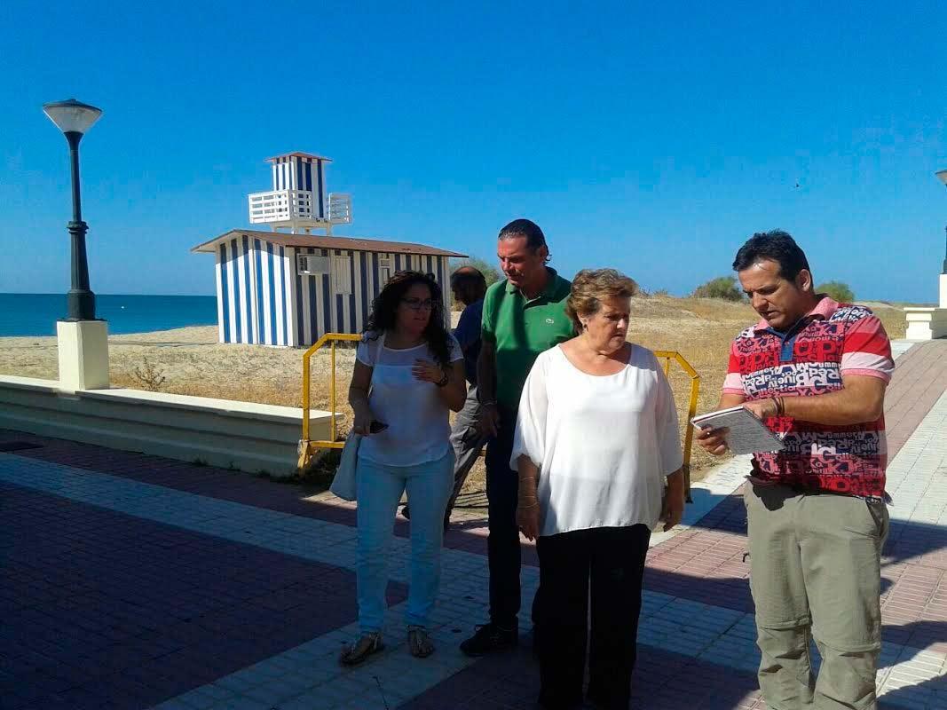 La Alcaldesa de Isla Cristina supervisa los trabajos de acondicionamiento de las playas isleñas de cara al verano