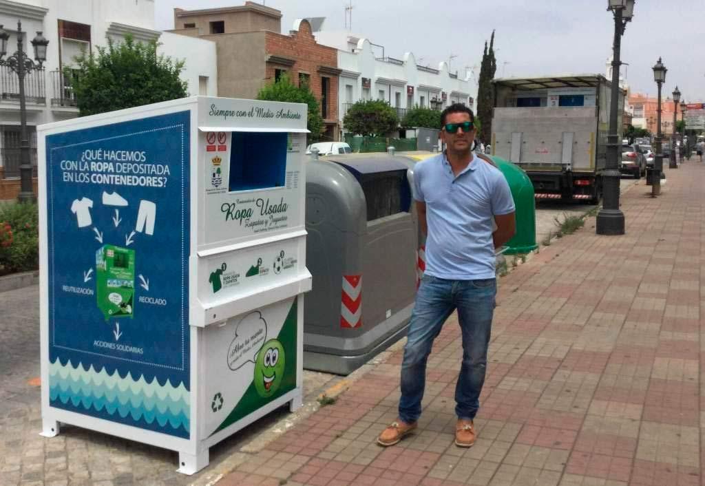 Isla Cristina cambia los contenedores de ropa y calzado usados