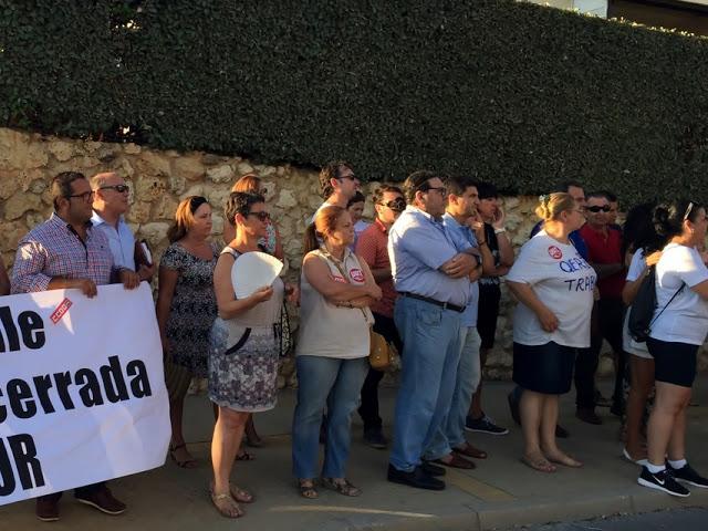Los concejales andalucistas isleños en la manifestación de apoyo a los trabajadores del Hotel Asur de Islantilla