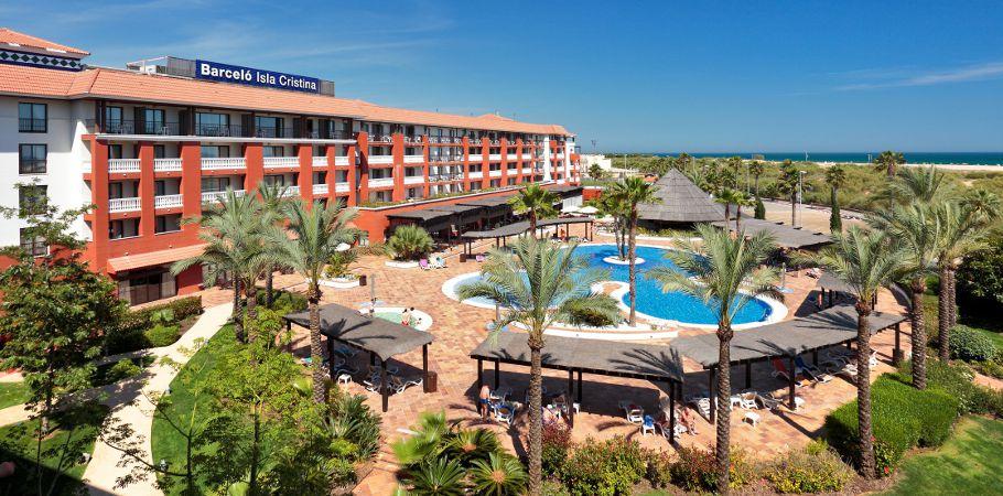 Los empresarios del sector hotelero y hostelero esperan una ocupación mayor que la del pasado verano en la costa onubense