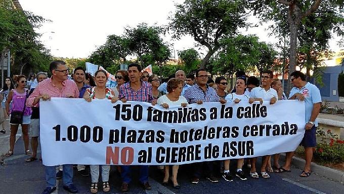 Los Trabajadores se manifiestan contra el cierre del hotel Asur Suite de Islantilla