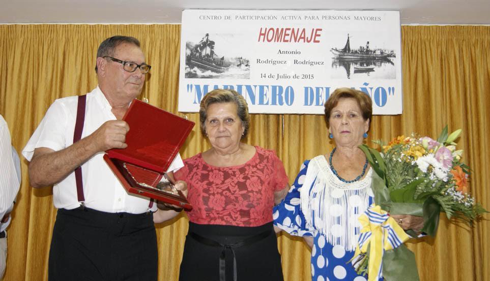 El Centro de Participación Activa de Mayores isleño rinde homenaje a su socio marinero del Año 2015 con motivo de las Fiestas del Carmen de la localidad