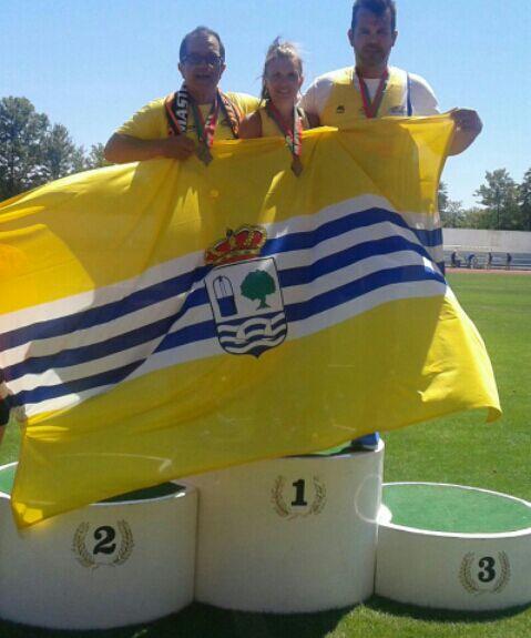 La Alcaldesa isleña felicita a los tres atletas ganadores del oro en la I Reunión Internacional de Atletismo de Veteranos de aire libre celebrada en Villa real de San Antonio (Portugal)