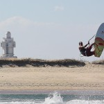 El pentacampeón mundial de windsurf y kitesurf, el isleño Augusto García, durante uno de sus entrenos