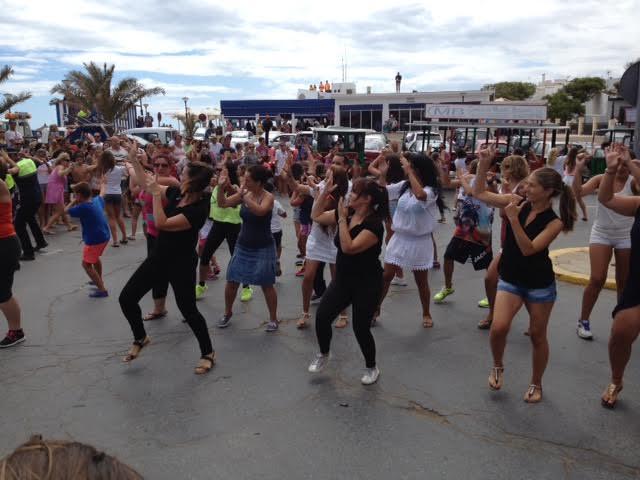 Flahsmob en la Playa Central de Isla Cristina