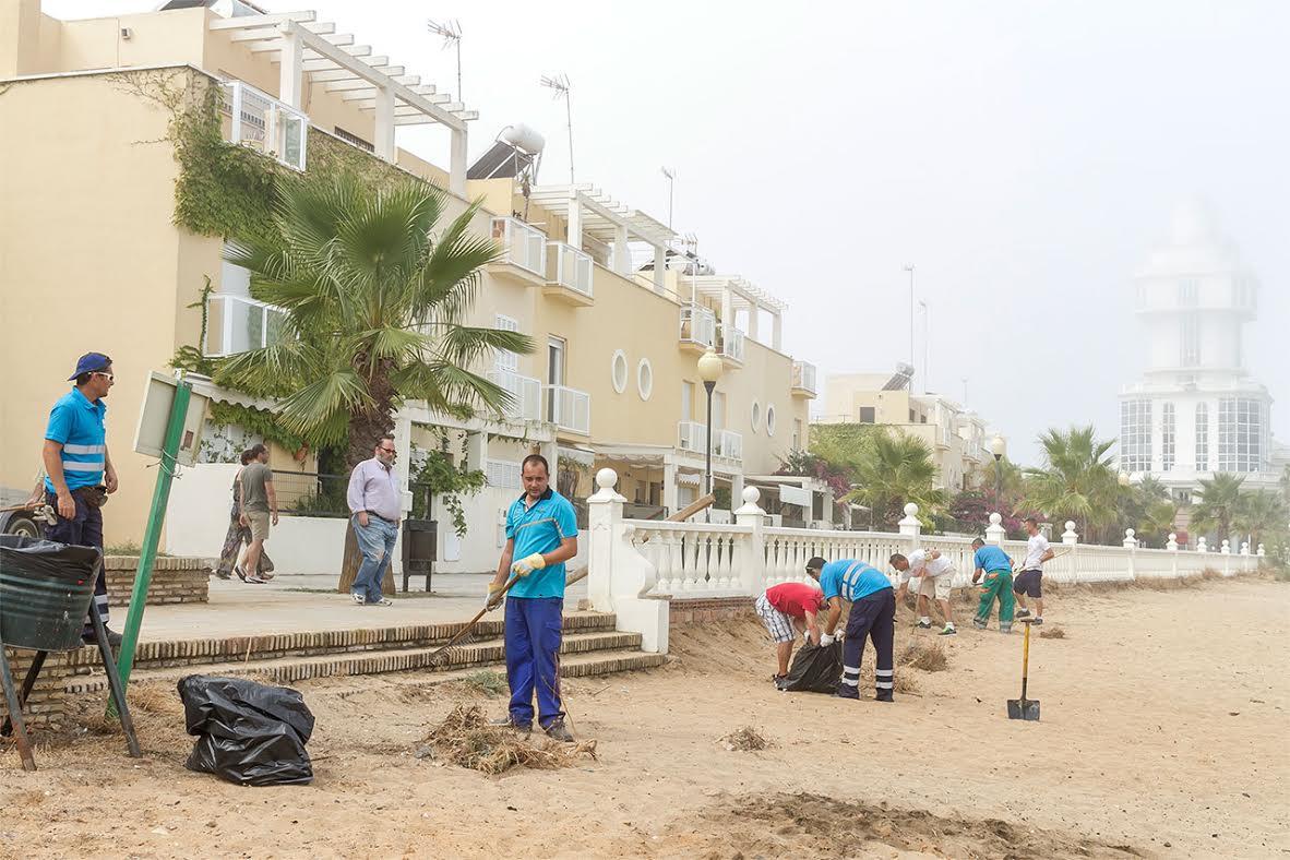 El Ayuntamiento isleño procede a la limpieza de la Playa del Cantil