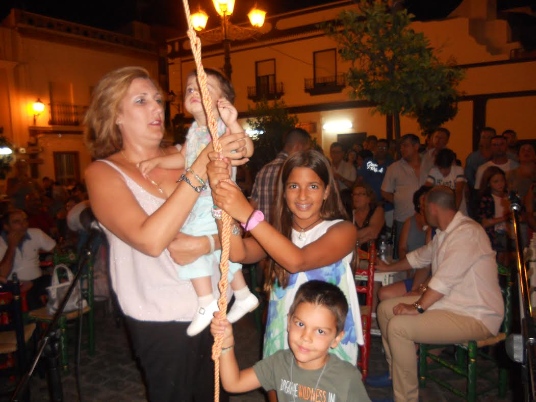 Sara Cáceres y familia cantan la Salve en la Hermandad del Rocío de Isla Cristina