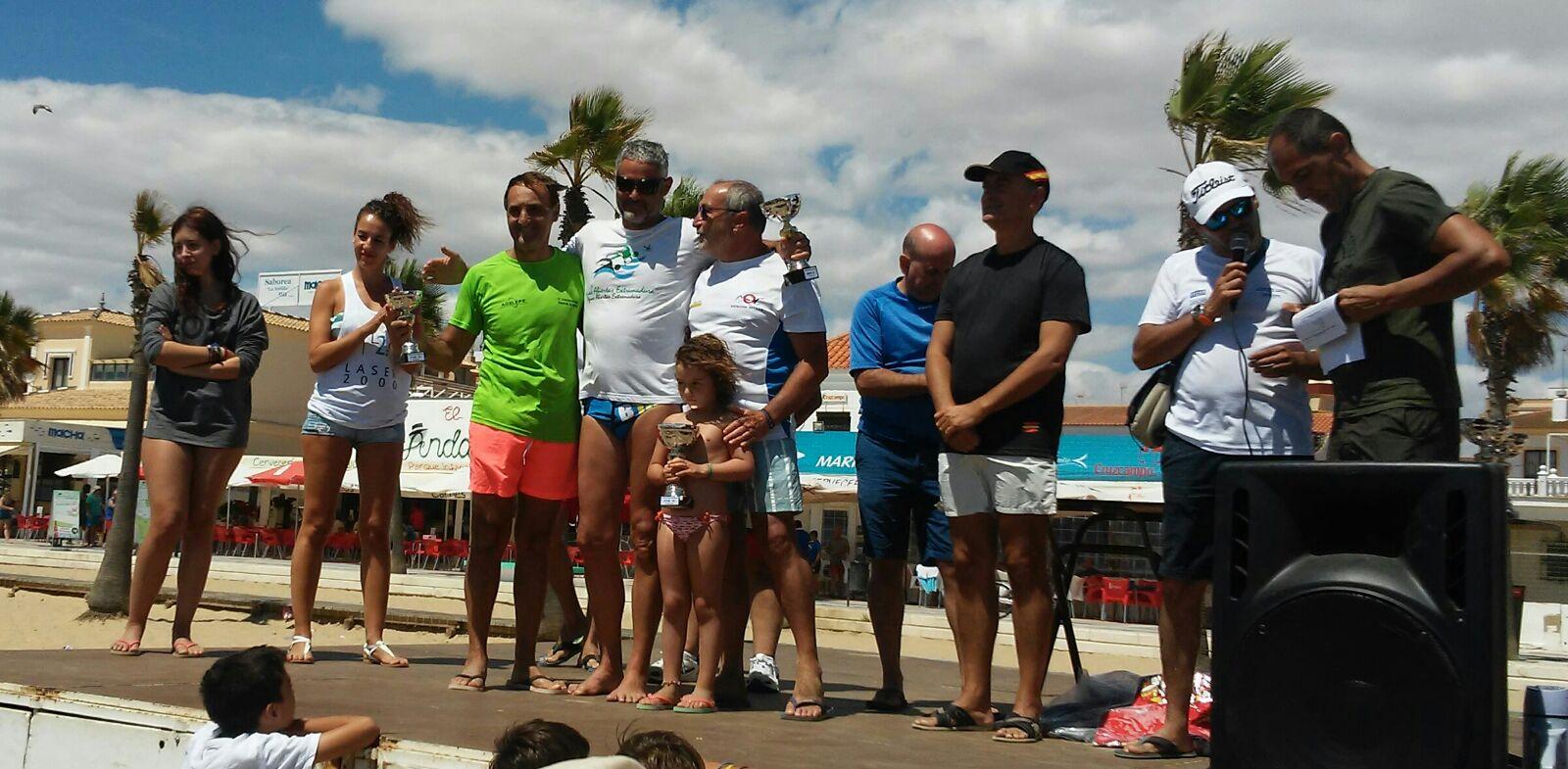 Antonio Romero y Clara Escañuela ganadores de la VI Travesía a Nado Playa de La Antilla