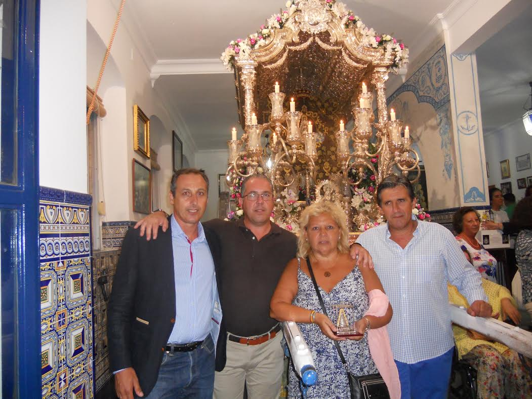 La presidenta de la asociación de víctimas del terrorismo visita la Hermandad del Rocío de Isla Cristina