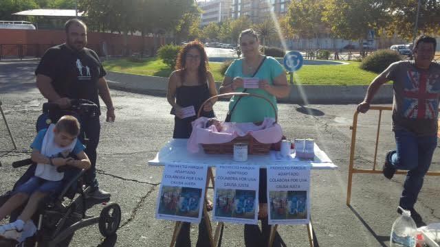 Asidem instala en el mercadillo una mesa petitoria para recaudar fondos destinados al parque adaptado