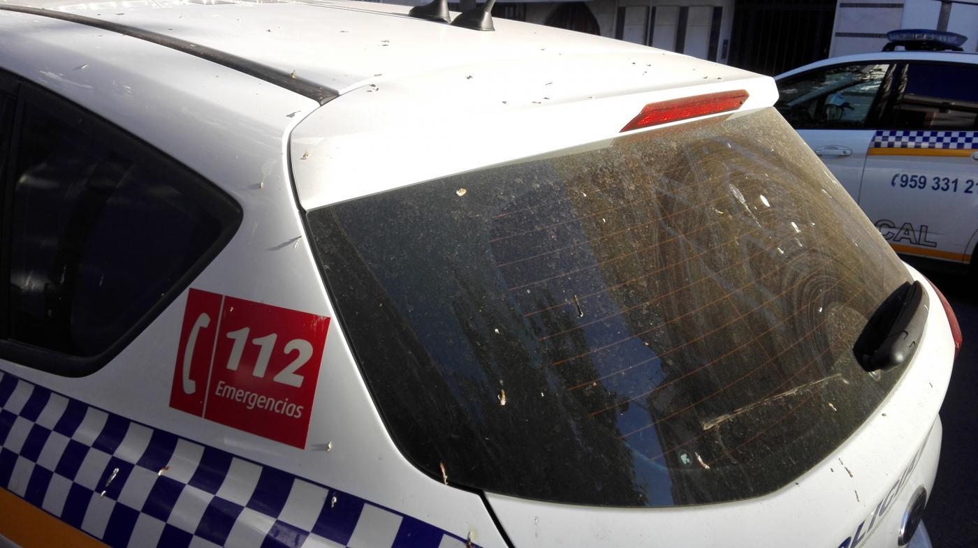 Policías de Isla Cristina pagan de su bolsillo la limpieza de los coches-patrulla