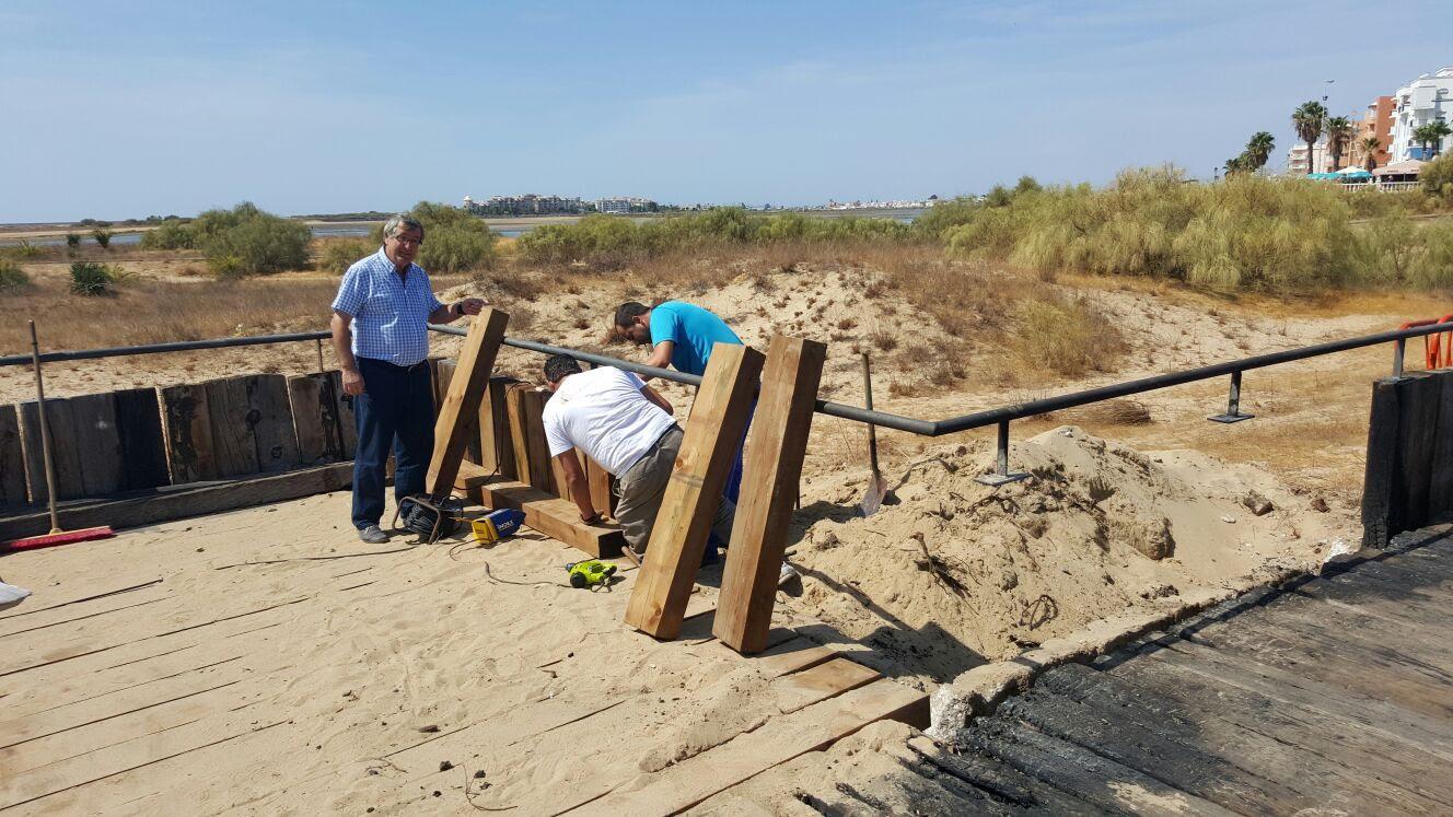 El Ayuntamiento repone las pasarelas de la playa del Paseo Litoral que fueron quemadas el pasado jueves