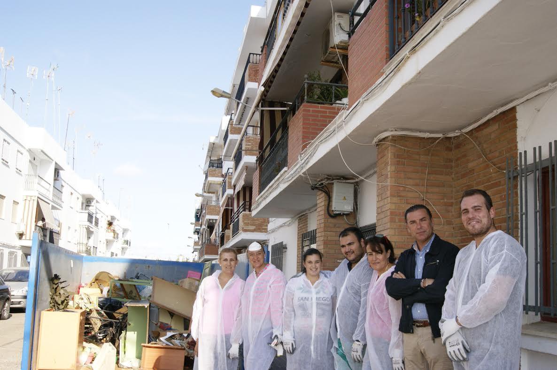 Los Servicios Sociales de Isla Cristina proceden a la limpieza y desinfección de una vivienda en la que se encontraba un hombre impedido