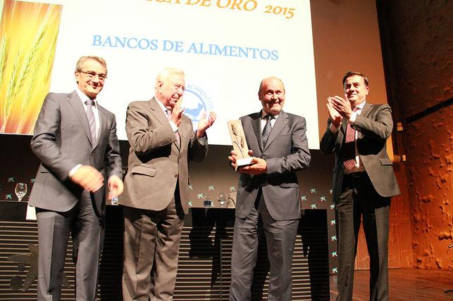 Caja Rural del Sur, junto al Grupo, recibe la 'Espiga de Oro' 2015 del Banco de Alimentos