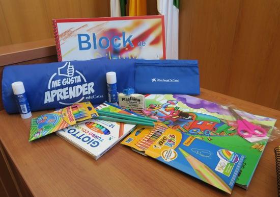 El Comedor Solidario de Isla Cristina recibe material escolar donado por 'La Caixa'