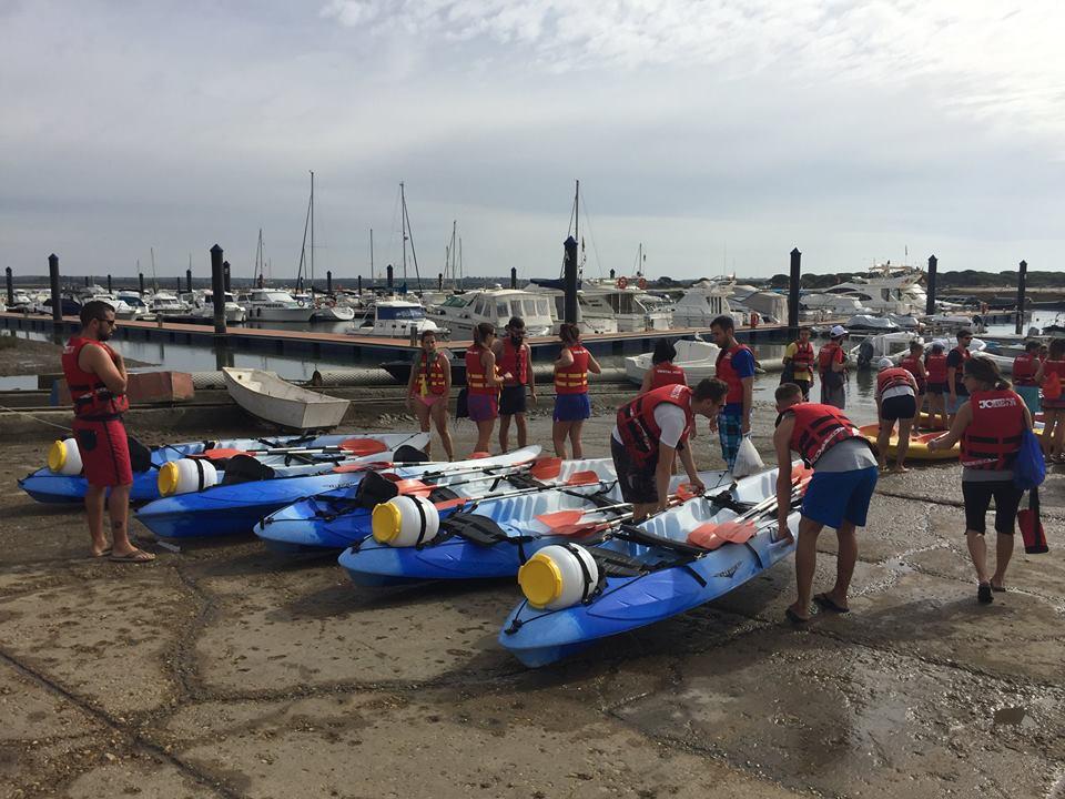 Éxito de participación en el descenso del río Piedras en kayak en el Sábados Deportivos de Islantilla
