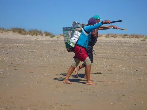 Abren al marisquero de la coquina en Isla Cristina