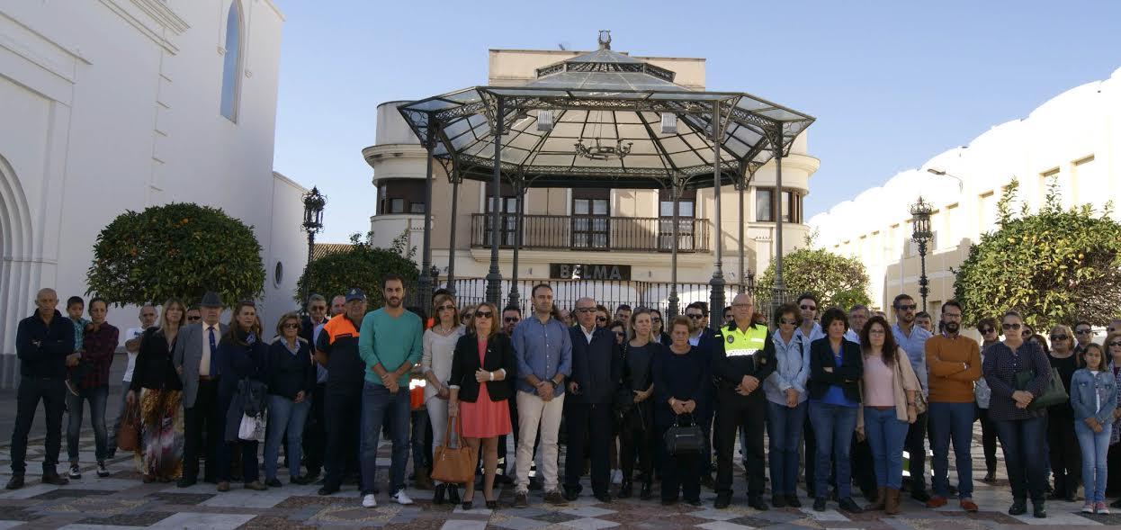 Isla Cristina guarda un minuto de silencio por las víctimas de los atentados de Francia y se solidariza con el pueblo galo