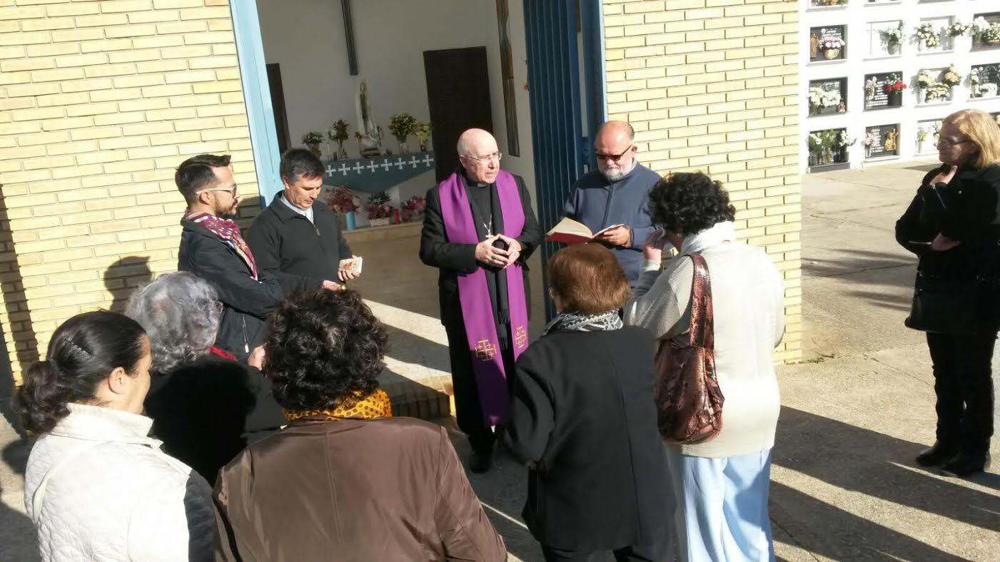 El Obispo de Huelva visita el cementerio isleño de San Lorenzo