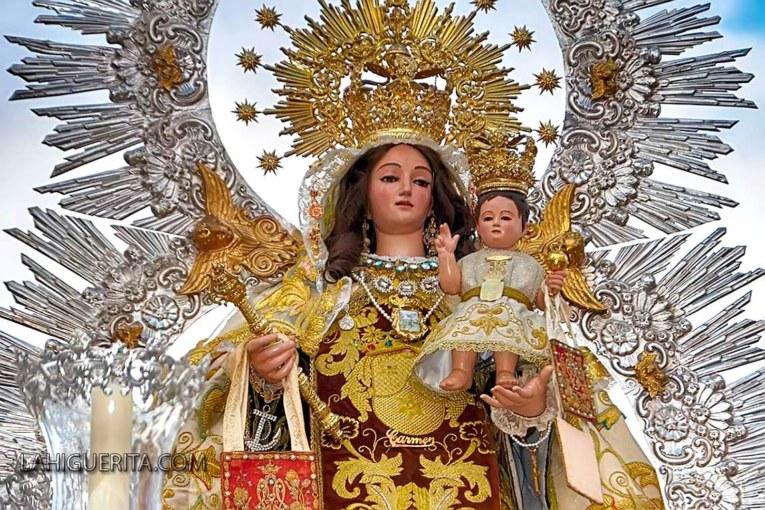 Isabel López, María Casado y Francisco Miguel Rodríguez, junto al Cristo y la Virgen