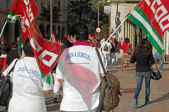 Concentración frente al Parlamento de Andalucía de las Trabajadoras de la ayuda a domicilio de Isla Cristina