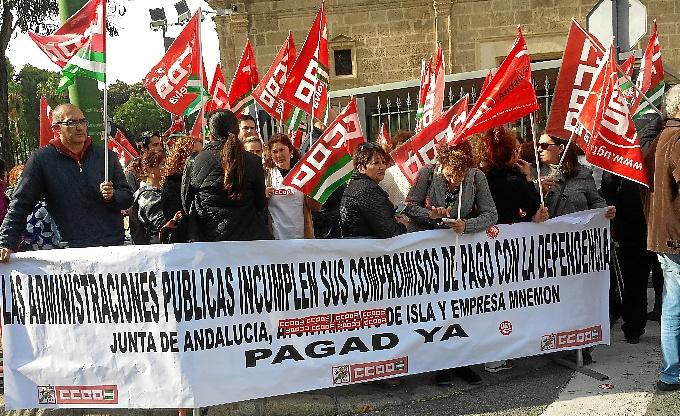 Protesta de trabajadoras del servicio de ayuda a domicilio en Isla Cristina ante el Parlamento de Andalucía