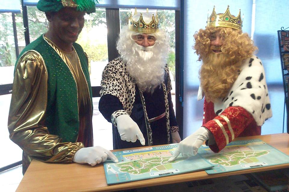 Sus Majestades los Reyes Magos visitan la oficina de Turismo de Islantilla