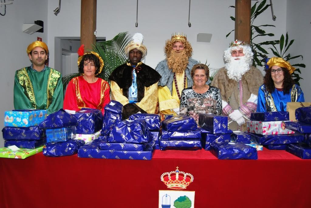 El ayuntamiento entrega juguetes a niños desfavorecidos
