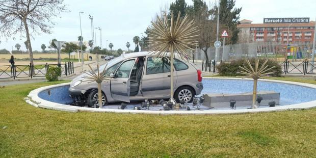 Un coche acaba en la fuente de una rotonda en Isla Cristina