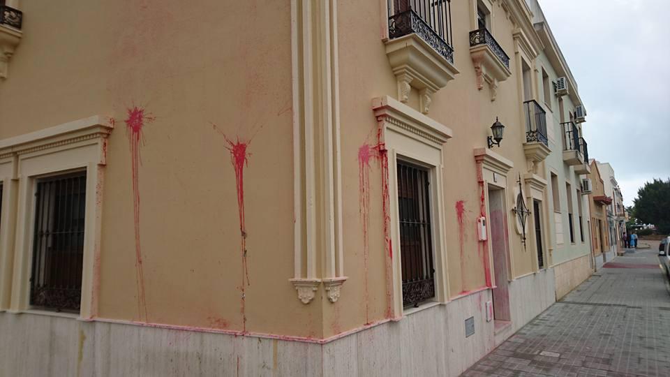 Atacan con pintura las casas y negocio de tres concejales de Isla Cristina