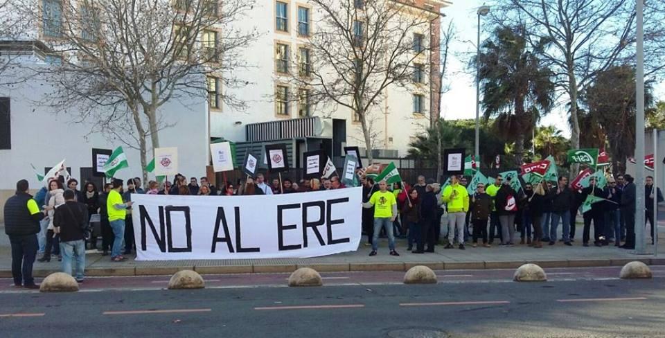 Un afectado por el ERE en Isla Cristina se autolesiona frente al Ayuntamiento