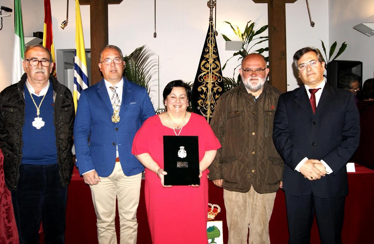 La hermandad del Rocío de Isla Cristina presenta a la pregonera 2016, Isabel Perera y el cartel anunciador de la romería, obra del isleño José Manuel Raya