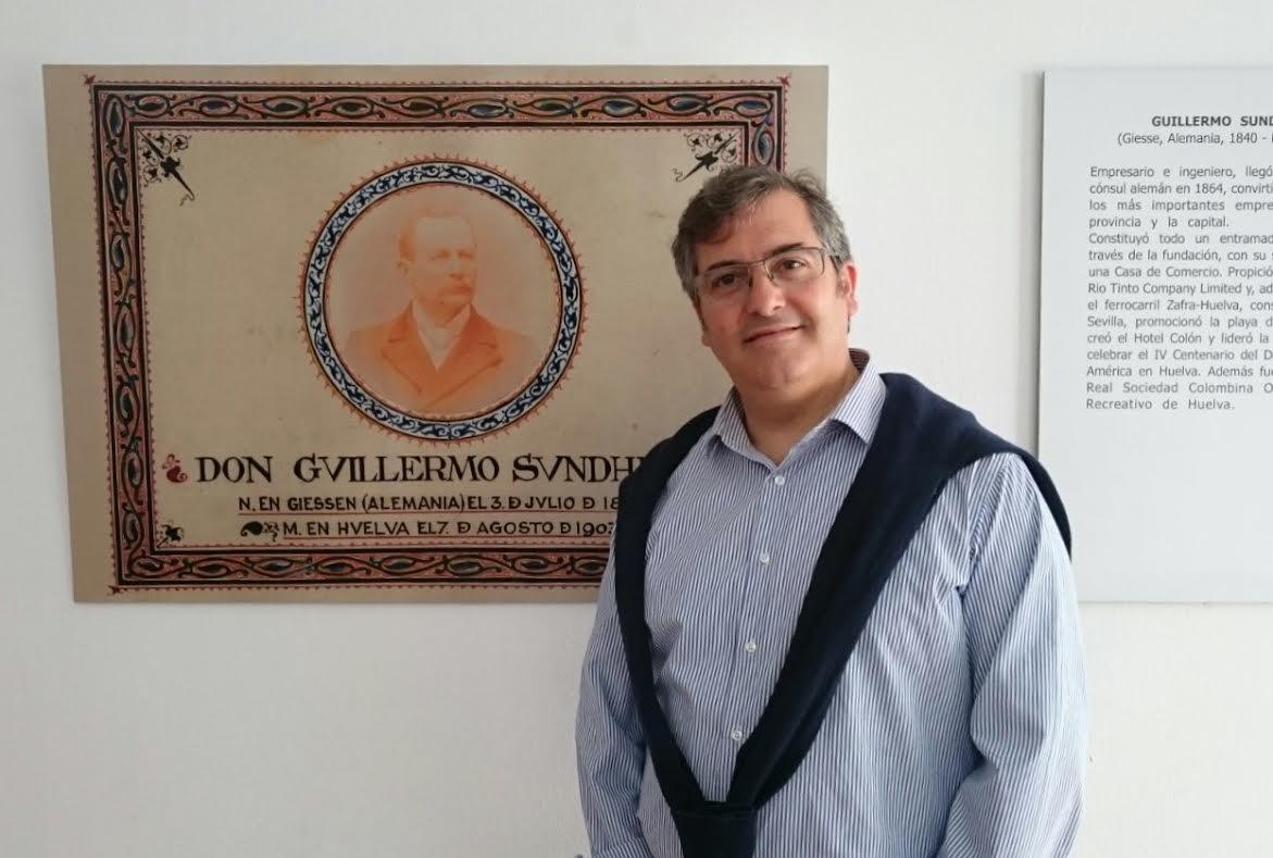Francisoc Zamudio junto a una imagen de Guillermo Sundheim