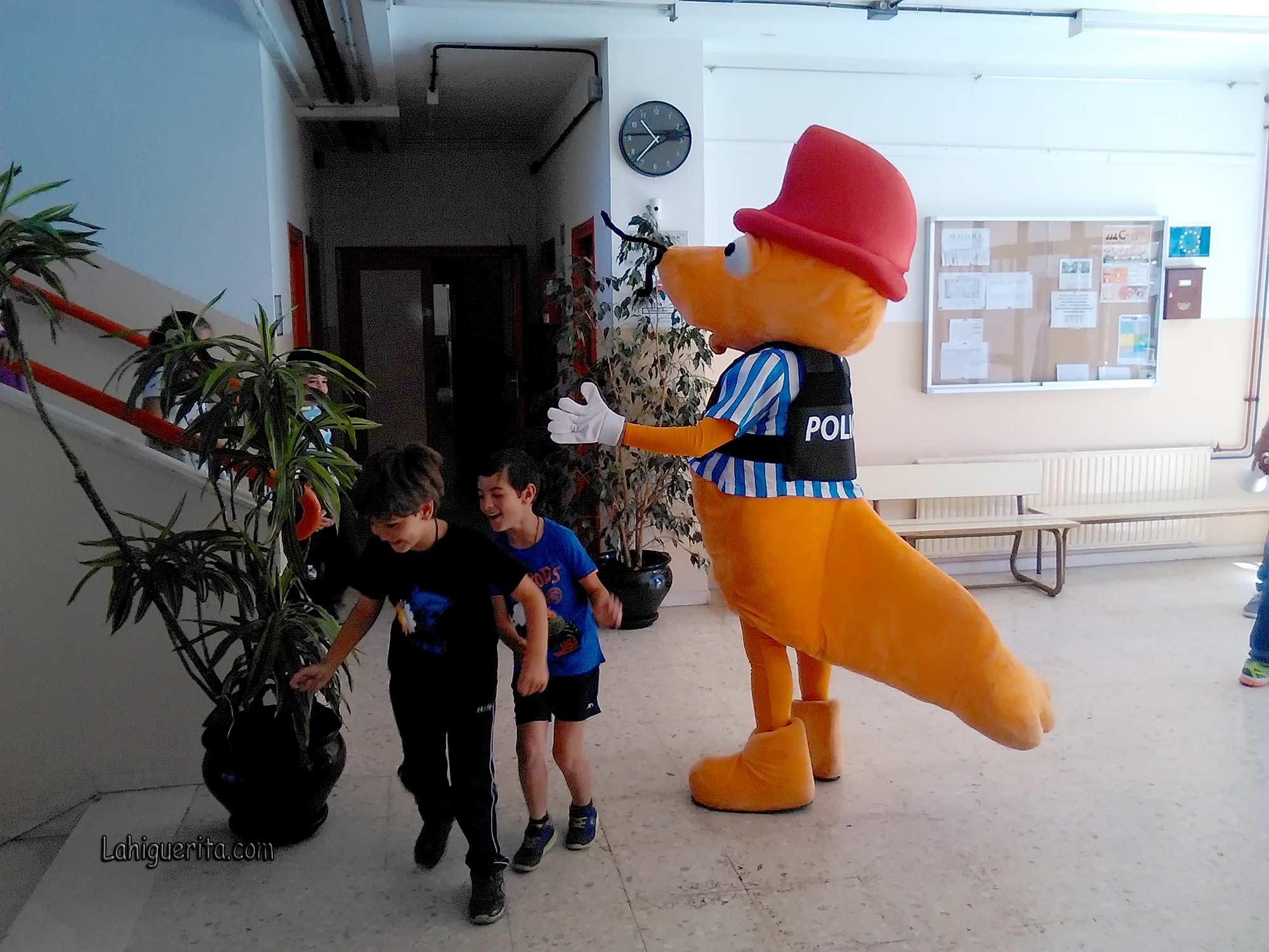 La mascota de los Juegos Europeos de Policías y Bomberos visita los colegios de Isla Cristina