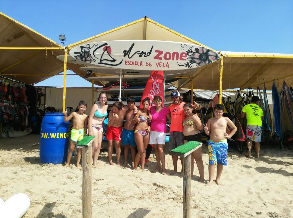 Los niños y niñas de los Talleres de Verano de los Servicios Sociales isleños disfrutan de una jornada deportiva en la playa