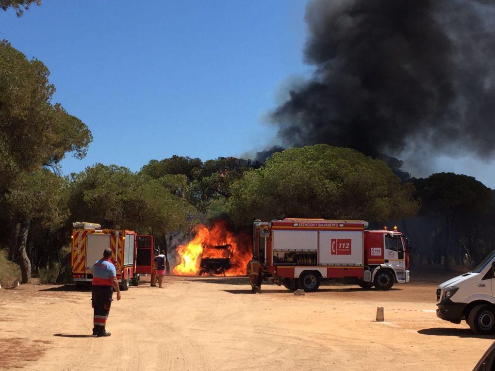 Un incendio en la playa del Hoyo en Isla Cristina solo deja calcinada una autocaravana