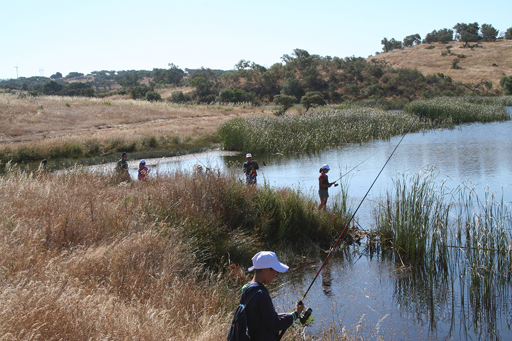 Unos 200 jóvenes de la provincia se inician en la pesca deportiva en el entorno del Huerto Ramírez