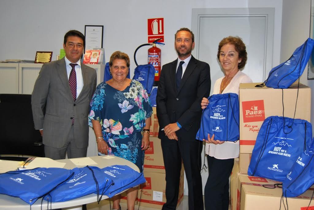 La alcaldesa isleña recepciona los kits escolares donador por La Caixa