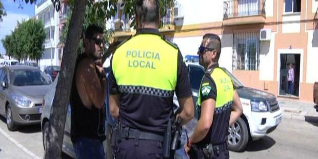 La Policía Local de Isla Cristina salva a una niña que se hallaba dormida cuando se incendió su piso