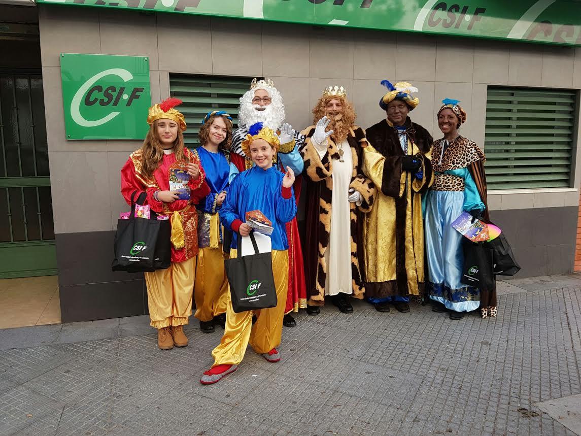 Los Reyes Magos visitan CSIF repartiendo juguetes mientras recogen alimentos