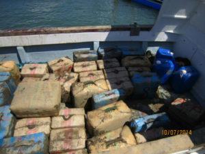 Recuperan dos toneladas de hachís arrojadas al mar ante la presencia policial