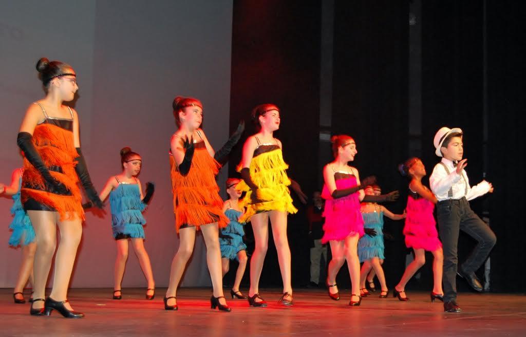 Mas de treinta grupos de niños bailan en Isla Cristina