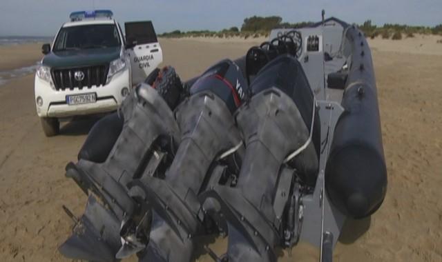Encuentran abandonada en la playa una lancha vinculada al tráfico de drogas