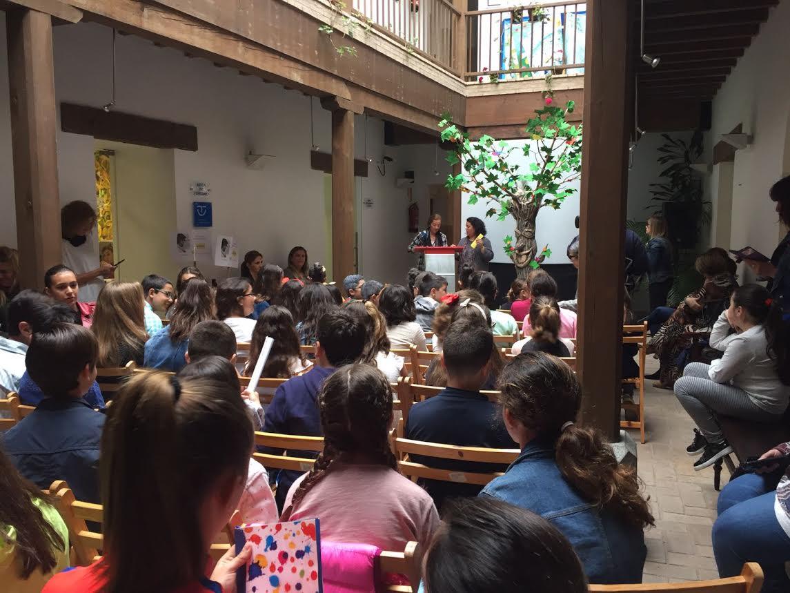 Cerca de un centenar de escolares isleños celebran el Día del Libro