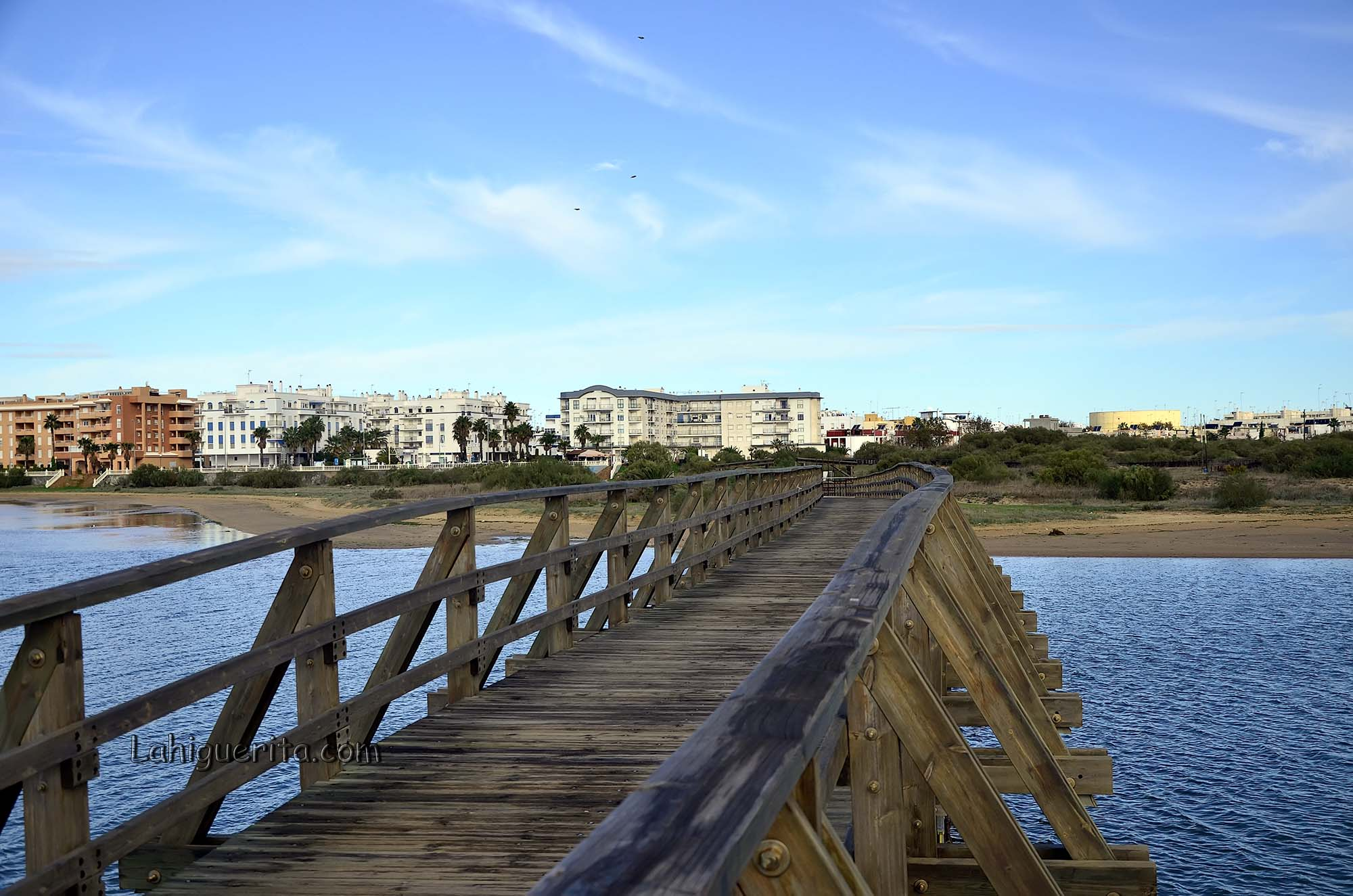 Isla Cristina entre los cinco municipios de la provincia que reciben la Bandera Azul