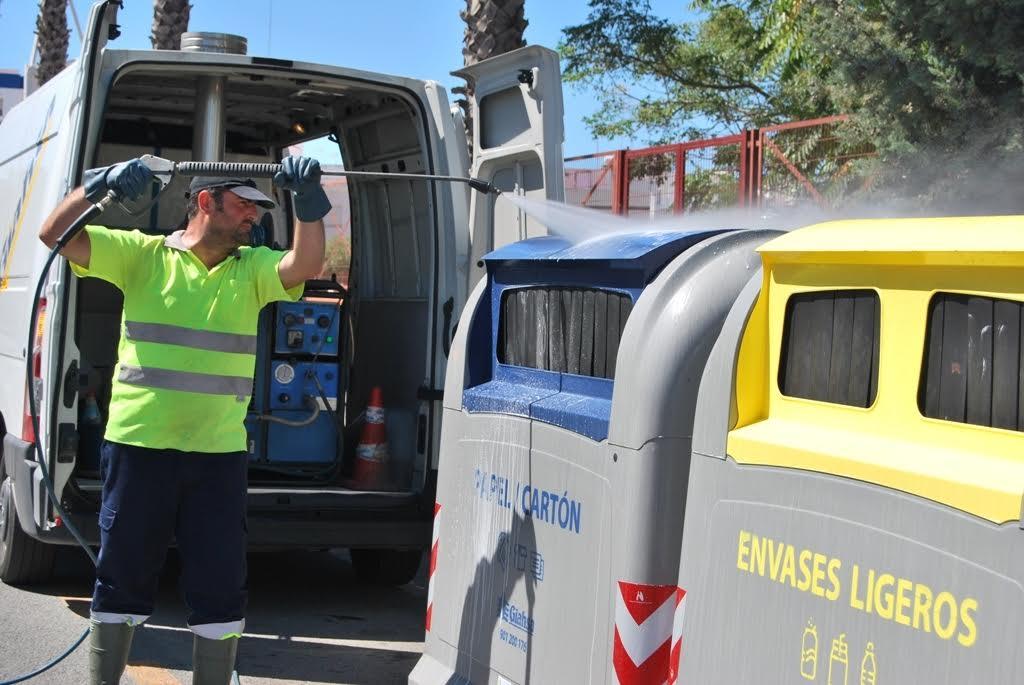 En marcha una campaña de limpieza de contenedores en Isla Cristina