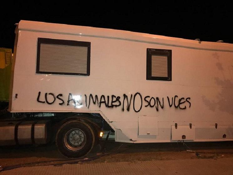 Sorprendida una niña de 12 años en Isla Cristina haciendo pintadas tras convertirse al animalismo