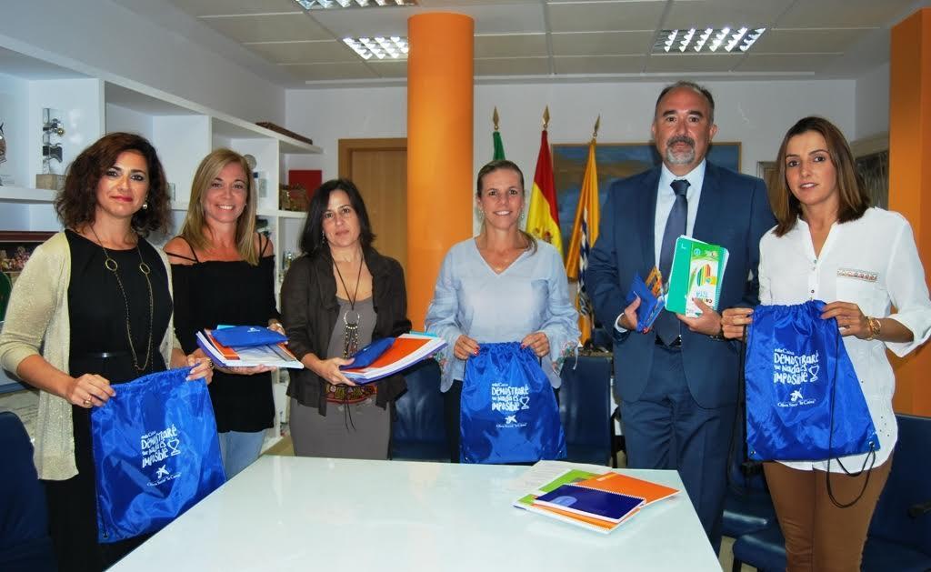 CaixaBank entrega kits escolares al ayuntamiento isleño