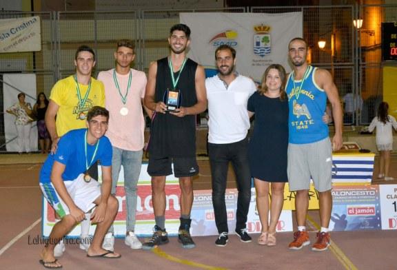 """Entrega de trofeos en el XXXIV Campeonato Internacional de Baloncesto """"Ciudad de Isla Cristina"""" Memorial Manuel López Soler"""