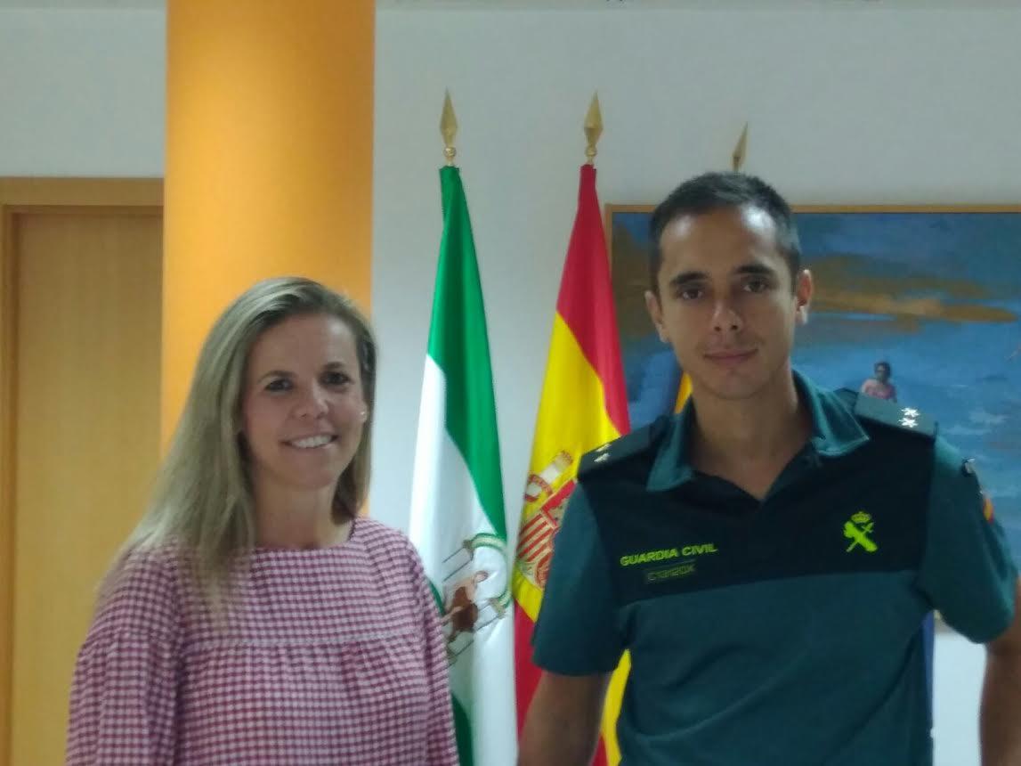 La Alcaldesa isleña recibe al nuevo Teniente de la Guardia Civil del puesto de la localidad